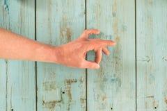 Uma mão que faz o gesto da aprovação fotografia de stock royalty free