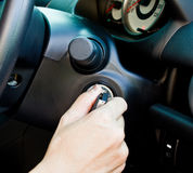 Uma mão que gira uma chave do carro Imagens de Stock Royalty Free