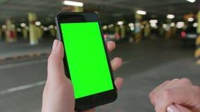 Uma mão que guarda um telefone com uma tela verde filme
