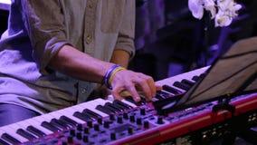Uma mão que joga o teclado de piano vídeos de arquivo