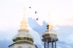 Uma mão que libera os pássaros entre as abóbadas da igreja fotos de stock royalty free