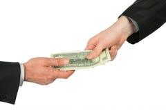 Uma mão transfere dólares de outra Fotografia de Stock