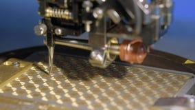 Uma m?quina moderna especial instala um microprocessador do silicone na placa O manipulador do rob? solda os contatos da micropla filme
