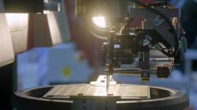 Uma m?quina moderna especial instala um microprocessador do silicone na placa O manipulador do rob? solda os contatos da micropla video estoque