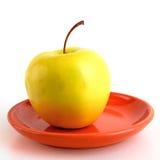 Uma maçã com a haste no saucer foto de stock royalty free