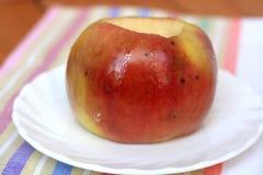 Uma maçã cozida imagem de stock
