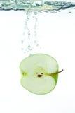 Uma maçã na água Fotografia de Stock Royalty Free