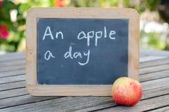 Uma maçã um o dia… Fotografia de Stock