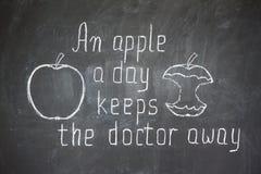 Uma maçã um o dia mantem o doutor ausente ilustração stock