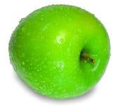 Uma maçã verde fresca com gotas da água sobre o branco imagem de stock