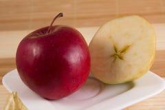 Uma maçã vermelha e uma maçã cortada fotos de stock
