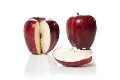 Uma maçã vermelha fresca com uma fatia cortada Imagens de Stock Royalty Free