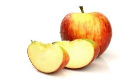 Uma maçã inteira e algumas partes Imagens de Stock Royalty Free