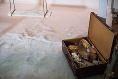 Uma mala de viagem com lenha dentro da parte dianteira de uma casa de madeira foto de stock