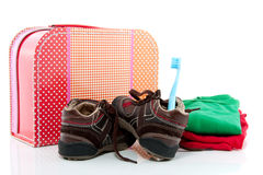Uma mala de viagem com sapatas e panos Fotos de Stock