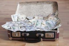 Uma mala de viagem completamente do dinheiro Foto de Stock Royalty Free
