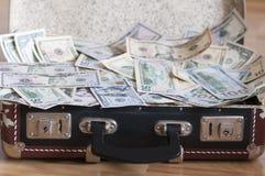 Uma mala de viagem completamente do dinheiro Imagens de Stock Royalty Free