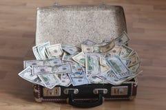 Uma mala de viagem completamente do dinheiro Fotografia de Stock