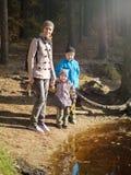 Uma mamã feliz com duas crianças imagens de stock