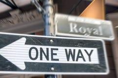 Uma maneira assina dentro a rua real, Nova Orleães fotos de stock