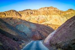 Uma maneira longa abaixo da estrada do parque nacional de Vale da Morte foto de stock