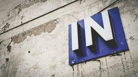 Uma maneira no sinal na parede do cimento Imagens de Stock