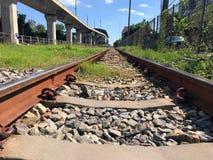 Uma maneira paralela de clássico e de estrada de ferro moderna Imagens de Stock Royalty Free