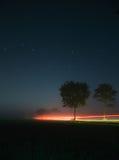 Uma maneira sob as estrelas com lightstripes Foto de Stock Royalty Free