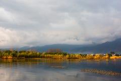 Uma manhã durante a viagem, havia nuvens bonitas antes do nascer do sol As reflexões eram no meio do mar Um als da árvore fotografia de stock royalty free