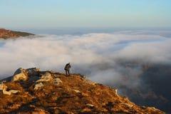 Uma manhã está nas montanhas Fotos de Stock