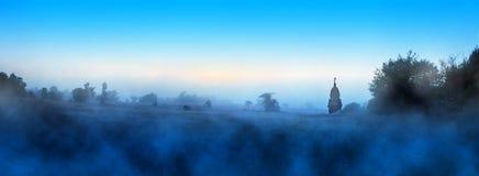 Uma manhã nevoenta azul na pastagem Imagens de Stock