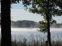 Uma manhã nevoenta na água Foto de Stock