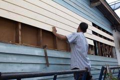 Uma manutenção do carpinteiro a casa fotografia de stock
