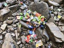 Uma massa grande dos desperdícios que encontra-se por todo o lado nas rochas e nas pedras em uma área da cachoeira fotos de stock royalty free