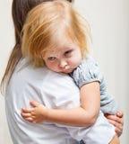 Uma matriz está prendendo uma menina doente. imagens de stock