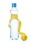 Uma medida de fita e uma garrafa de água Foto de Stock