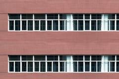 Uma meia parede vermelha com janelas Imagens de Stock