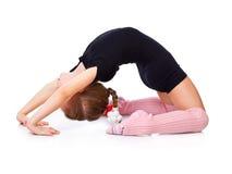Uma menina é acoplada nos acrobatics Fotografia de Stock Royalty Free