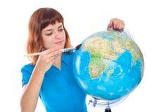 Uma menina é pintura no globo foto de stock royalty free