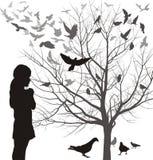 Uma menina admira os pássaros Imagens de Stock Royalty Free