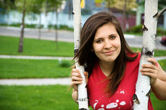 Uma menina adolescente perto da árvore imagens de stock