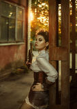 Uma menina ao estilo do steampunk imagens de stock royalty free