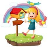 Uma menina ao lado de uma caixa postal de madeira com três pássaros Foto de Stock Royalty Free