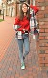 Uma menina asiática bonita que está na parede de tijolo Fotografia de Stock Royalty Free