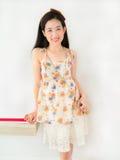 Uma menina asiática bonito no vestido da forma com seu sorriso bonito Imagens de Stock