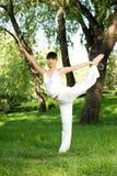 Uma menina asiática que faz a ioga foto de stock