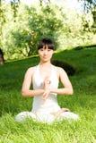Uma menina asiática que faz a ioga fotos de stock royalty free