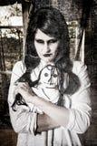 Uma menina assustador do fantasma foto de stock