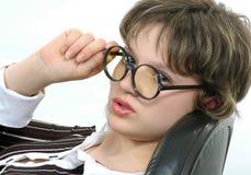 Uma menina bonita é uma secretária, - em uma poltrona Imagem de Stock Royalty Free