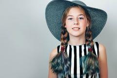 Uma menina bonita com uma cara freckled e as tranças foto de stock royalty free